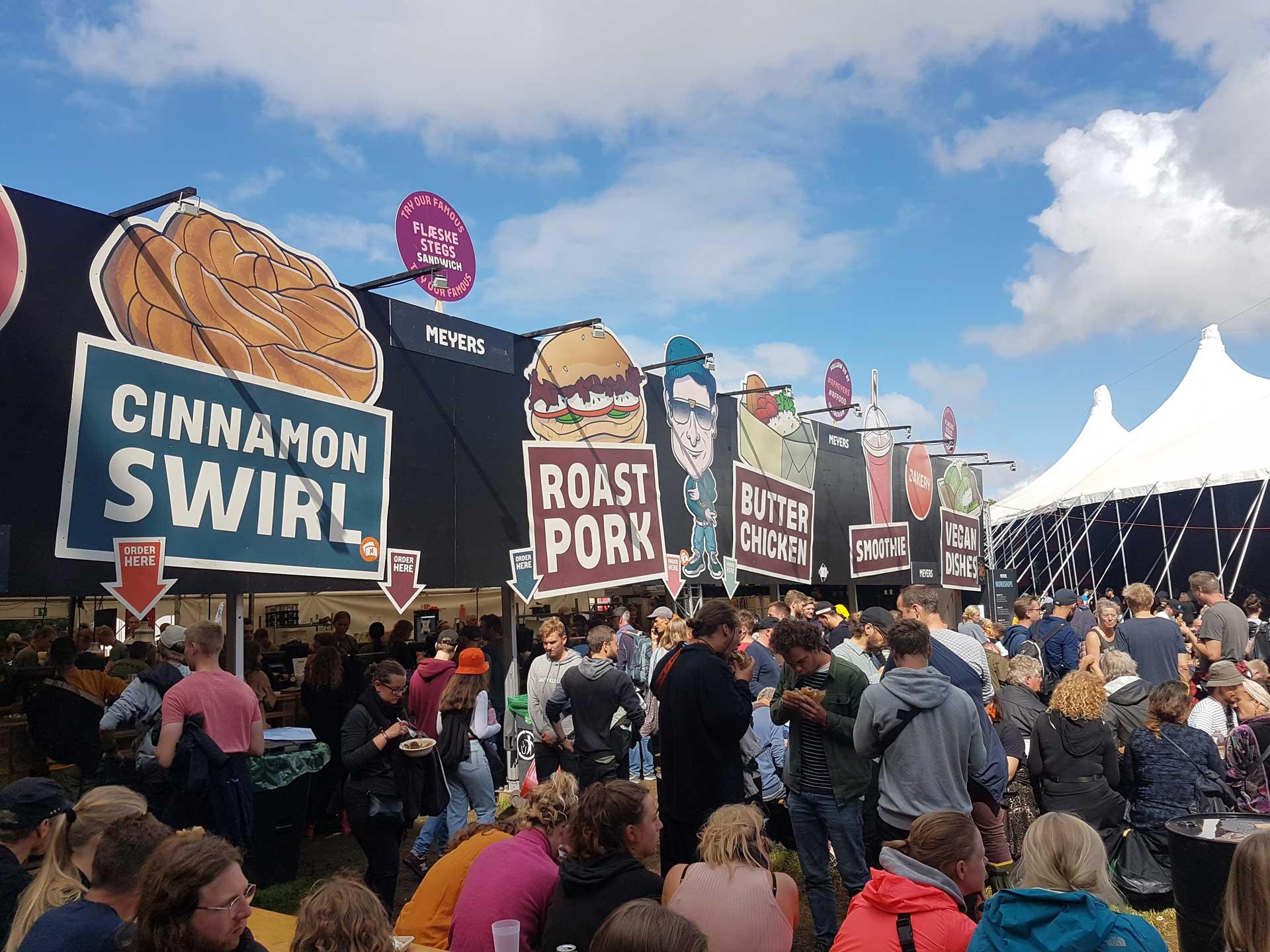 Foto af illustrerede skilte på Meyers facade til Roskilde Festival 2019